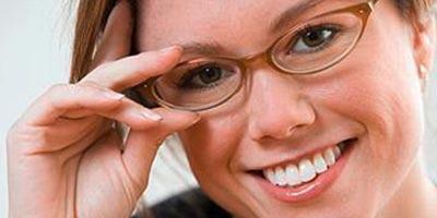 Frau mit Brille / Sehenswert